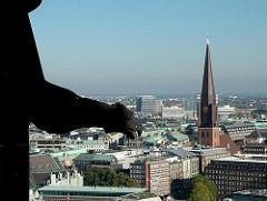 Blick vom Turm der St. Nikoliakirche auf den Kupferturm der St. Jakobikirche im Hamburger Stadtteil Altstadt - Bezirk Hamburg Mitte.