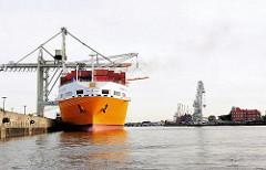 RoRo-Frachter im Hamburger Hafen - Frachtschiff im Hansahafen, Oswaldkai.