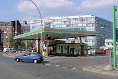 Tankstelle Messberg mit Wagenpflege - im Hintergrund das Bürogebäude am Deichtorplatz. (2004)