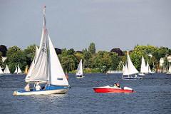 Wassersport und Freizeit in Hamburg - Segelboote und Tretboot auf der Hamburger Aussenalster.