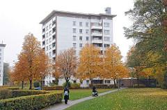 Siedlung mit Hochhäusern - Grünanlage mit herbstlichen Bäumen - Stadtteil Hamburg Lurup.