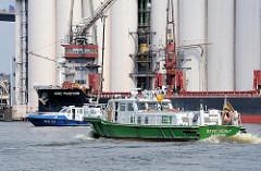 Das Zollboot OEVELGÖNNE  und das Patroillenschiff WS 31 auf der Süderelbe vor dem Wilhelmsburger Neuhöfer Kanal.