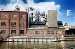 Industrieanlage am Ufer der Bille - Binnenschiffe liegen im Wasser - Fotos aus dem Hamburger Stadtteil Hammerbrook.
