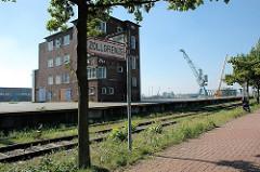 Zollgrenze an der Versmannstrasse - Gleise der Hamburger Hafenbahn; Laderampe und Hafengebäude.