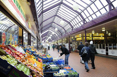 Elbgaupassagen - Einkaufszentrum Hamburg Lurup an der Elbgaustrasse. Fruchtstand mit Auslage - Geschäfte.