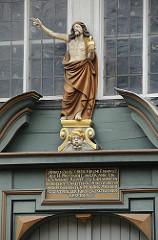 St. Nikolaikirche Hamburg Moorfleet. Christusfigur über dem Kircheneingang.
