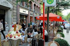 Eiscafé / Strassencafe an der Mönckebergstrasse - Gäste sitzen an Tischen auf dem Fussweg - Bilder aus Hamburg Alststadt.