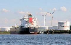Tankhafen an der Rethe - Tankschiff im Kattwykhafen - im Hintergrund Öltanks und eine Windkraftanlage - Bilder aus Hamburg Wilhelmsburg.