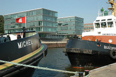 Schlepper Michel vor Hamburg Neumühlen - Glasgebäude am Hafenrand - Fotos Hamburgs Architektur.