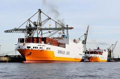 Roll-on Roll-off Frachter im Hamburger Hafen - zwei RoRo Frachter am O'Swaldkai im Hansahafen.