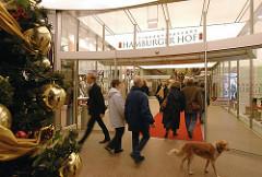 Weihnachtsdekoration in Hamburger Geschäften - Weihnachsbaum mit Kugeln vor der Einkaupspassage Hamburger Hof.