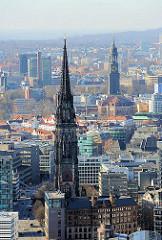 Kirchtürme der Hansestadt Hamburg, die Nikoliakirche in der Hamburger Altstadt + St. Michaeliskirche im Stadtteil Neustadt.
