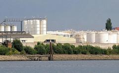 Industrieanlage am Ufer des Wilhelmsburger Reiherstiegs - Tanks und Silos.
