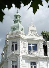 Giebel und Kupferdach des Blankeneser Strandhotels. Weisse Gründerzeitfassade mit Bauschmuck.