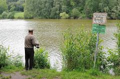 See mit Angler - Schild mit Baden verboten; Bilder aus Hamburg Niendorf - Lauf des Baches Tarpenbek.