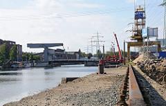 Bauarbeiten im Harburger Binnenhafen - Lotsenkanal Schienen der Krananlage, Klappbrücke.
