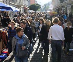 Tausende Besucher drängen sich auf dem Flohmarkt und den Veranstaltungen des alternativen Strassenfestes auf der Sternschanze.