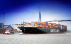 Containerfrachtsschiff NYK Olympus läuft in den Hamburger Hafen ein - mit Schlepperhilfe fährt das 336 m lange Containerschiff zum HHLA Container Terminal Hamburg Altenwerder.