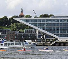 Kajakfahrer auf der Elbe - moderne Büroachitektur, Schiff der Hafenrundfahrt mit Touristen.
