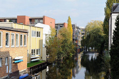 Gewerbe und Wohngebäude am Uhlenhorster Kanal - Bäume am Kanalufer.