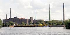 Blick über die Norderelbe in den Peutehafen - Fabrikschornsteine und Industriearchitektur der 1920er Jahre auf der Peute - Bilder aus den Hamburger Stadtteilen.