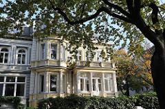 Gründerzeitvilla in Hamburg Uhlenhorst - Säulen als Fensterdekoration und Fassadendekoration des Wohngebäudes.