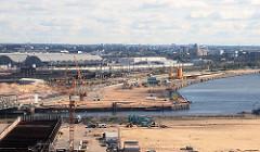 Fotografien aus dem ehemaligen Hamburger Freihafengebiet - Blick über die Einfahrt zum Magdeburger Hafen zum Baakenhafen; lks. die Hallen vom Hamburger Grossmarkt (2007)