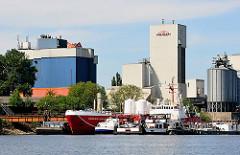 Industriearchitektur am Rande des Reiherstieg; Liegeplatz von Frachtschiffen.