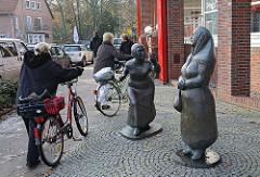 Bronzeskulpturen - Zwei Frauen - Kunst im öffentlichen Raum Bildhauerin Karin Hertz.