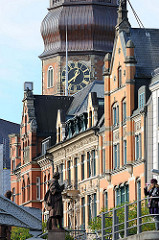 Katharinenkirche und historische Gebäude am Zippelhaus - Skulptur Columbus an der Kornhausbrücke.