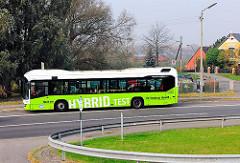 Ein Hybridbus der Hamburger Hochbahn  an der Haltestelle beim Aue-Hauptdeich in Hamburg Finkenwerder - der Bus fährt Streckenanteile rein elektrisch ohne Diesemotor; der Strom wird z.B. über Bremsvorgänge bei Gefällefahrten gewonnen wird.