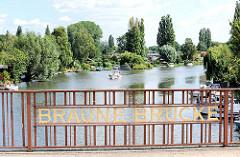 Braune Brücke über die Bille - Bäume und Schrebergärten am Billeufer; Schiffsliegeplätze.