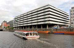 Parkhausarchitektur an der Herrlichkeit - Fahrgastschiff der weissen Flotte im Alsterfleet / Admiralitätsstrassenfleet - Bilder aus dem Hamburger Stadtteil NEUSTADT.
