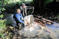 Gewässernachbarschaftstag des NABU an der Düpenau - Kies und Totholz wird in den Bach einbebaut, um die Lebensbedingungen für Tiere und Pflanzen zu verbessern. Motive aus dem Hamburger Stadtteil Osdorf