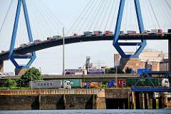 Containerlaster im Hamburger Hafen - Lkwverkehr auf der Köhlbrandbrücke.