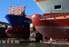 Wulstbug von Schiffsneubauten - Dockanlagen der Steinwerder Norderwerft im Reiherstieg