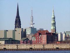 Blick über die Norderelbe und dem Strandkai zum Gebäude des Amts für Strom- und Hafenbau; lks. der Turm von St. Nikolai, in der Mitte der Fernsehturm und re. die St. Katharinenkirche.