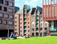 Historische Industriearchitektur der Ziegelgebäude der Hamburger Speicherstadt und moderne Bürofassaden - Blick vom Sandtorpark.