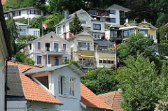 Wohnhäuser am Elbhang von Hamburg Blankenese - Einzelhäuser im Gründerzeitstil mit farbigen Fassaden.
