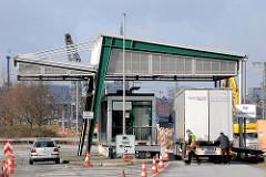 Zollabfertigung an der Zollstation Versmannstrasse - die Ladung eines LKW wird von einem Zöllner überprüft.