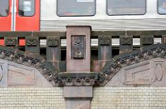 Brückendekor an der U-Bahnstation Sierichstrasse in Hamburg Winterhude - einfahrender Zug.