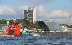 Hafenfähre auf der Elbe - Bilder aus Hamburg Altona - Dockland und Hochhaus in Altona Altstadt.