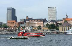 Historische und moderne Architektur Hamburgs bei den St. Pauli Landungsbrücken.