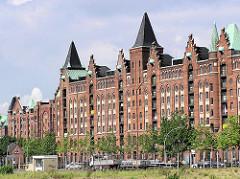 Blick zu den Speichergebäuden in der Hamburger Speicherstadt am Brooktorkai - davor verläuft der Zollzaun des Hamburger Freihafens