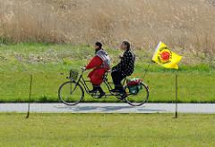 Tandem mit Anti-Atomkraft-Fahne.