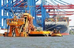 Baggerarbeiten im Hafenbecken des Waltershofen Hafens - Containerschiff am Hamburger Container Terminal Burchardkai.
