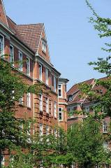 Backsteinfassade - Etagenhaus in Hamburg Bahrenfeld, Dachgiebel - Strassenbäume.