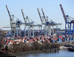 Blick über die Elbe zum HHLA Container Terminal Tollerort; Reste des fast zugeschütteten Hafenbeckens des Kohleschiffhafens.