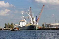 Frachtschiff mit Ladekränen im Oderhafen / Oderhöft im Hamburger Hafen, Stadtteil Steinwerder; im Hintergrund die Ellerholzschleuse.