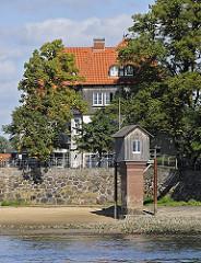 Zollenspieker Fährhaus - historisches Pegelhaus am Ufer der Elbe.